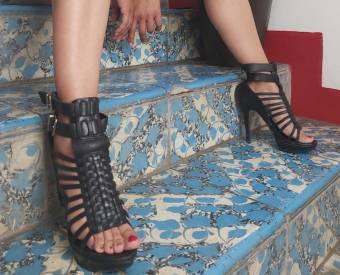 Hola soy DOMINATRIXREAL a la que le gustaría ayudarte en el placer de disfrutar unos bellos pies.  Puedes chuparlos,morder los,hacerme cosquillas,lame